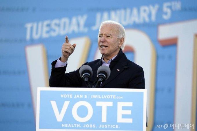 [애틀랜타=AP/뉴시스]조 바이든 미국 대통령 당선인이 4일(현지시간) 미 조지아주 애틀랜타에서 민주당 라파엘 워녹과 존 오스소프 상원의원 후보 지원 연설을 하고 있다. 2021.01.05.
