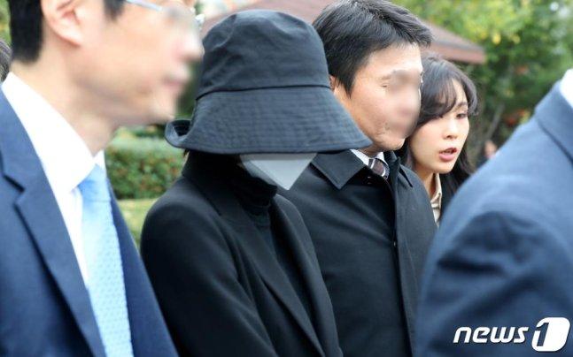 홍정욱 전 한나라당 의원의 딸이 2019년 11월 12일 인천지법에서 열린 결심 공판을 마치고 나서고 있다. / 사진=뉴스1
