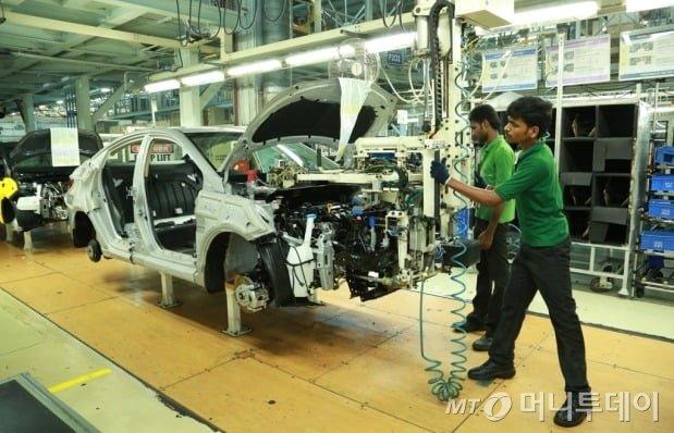 현대차 인도 첸나이공장에서 직원들이 차량을 조립하고 있다. /사진제공=현대자동차