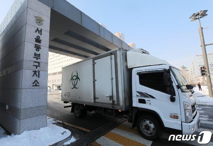 서울동부구치소에서 의료폐기물 차량이 정문을 나서는 모습. © News1 구윤성 기자