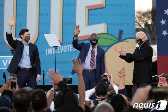 (애틀랜타 AFP=뉴스1) 우동명 기자 = 조 바이든 미국 대통령 당선인이 4일(현지시간) 조지아주 애틀랜타에서 열린 상원의원 결선 투표 지원유세 중 민주당의 존 오소프, 래피얼 워녹 후보에 박수를 치고 있다.  ⓒ AFP=뉴스1