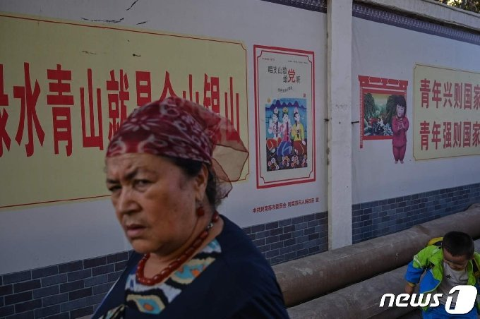 중국 신장 위구르 자치구에서 2019년 9월12일 한 여성이 걸어가는 모습.  © AFP=뉴스1