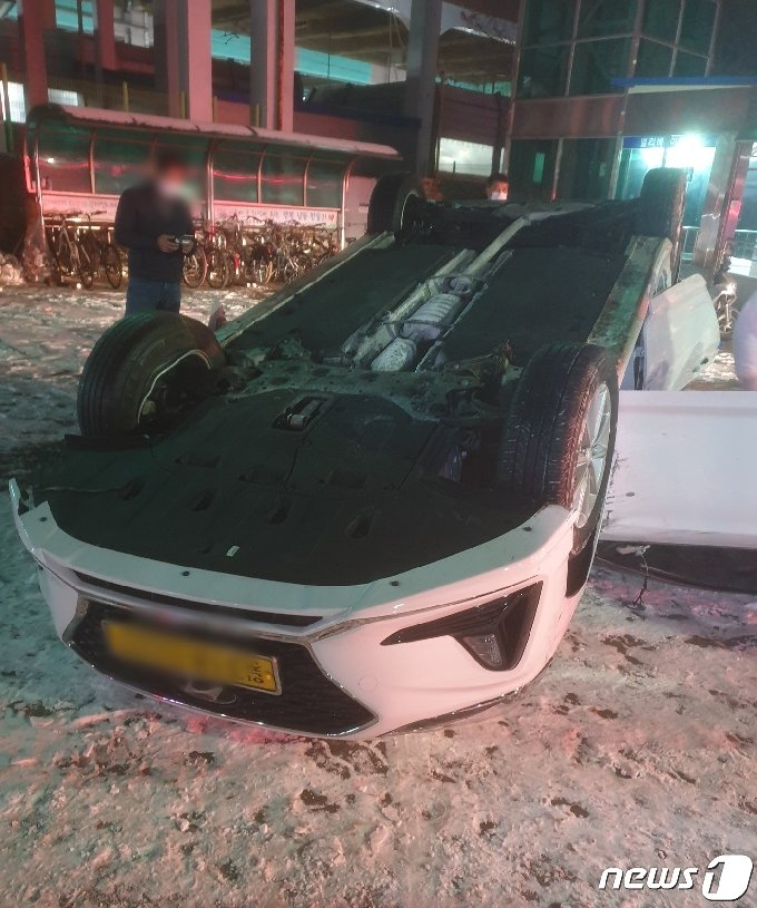 A씨가 도주 과정에서 훔쳐 운행하다 전복된 택시(남동소방서 제공)2021.1.11/뉴스1 © News1 박아론 기자