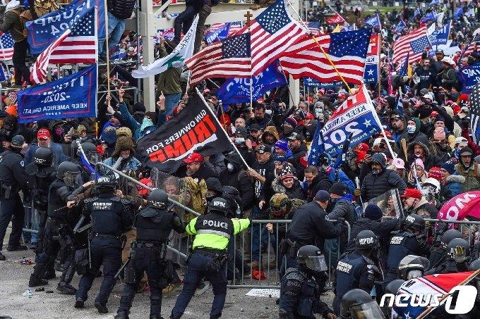 6일(현지시간) 도널드 트럼프 미국 대통령을 지지하는 시위대가 워싱턴 의사당으로 몰려들면서 경찰과 충돌하고 있다. © AFP=뉴스1 © News1 우동명 기자
