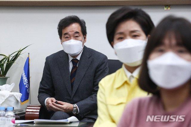 더불어민주당 이낙연 대표 당 지도부들이 11일 서울 여의도 국회에서 문재인 대통령의 2021년 신년사를 시청하고 있다. / 사진제공=뉴시스