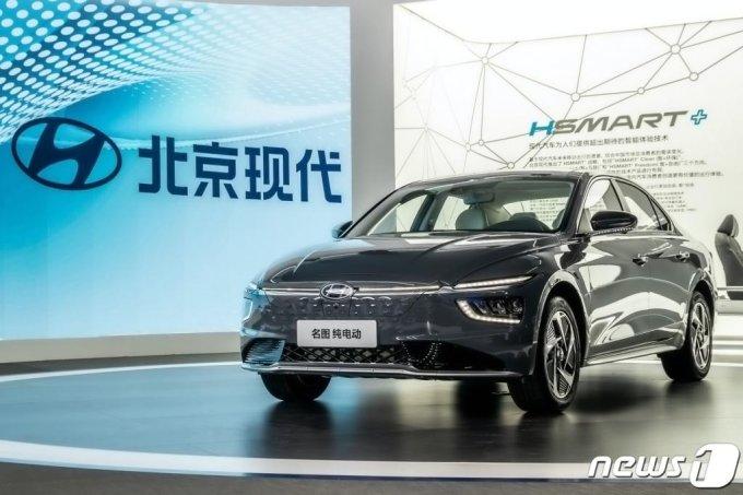 (서울=뉴스1) = 20일(현지시간) 중국 광저우 수출입상품교역회전시관에서 개막한 '2020 광저우 국제 모터쇼'에 현대자동차 중국 현지 전략 중형 세단 밍투의 전기차 모델 밍투 일렉트릭이 전시돼 있다. (현대차 제공) 2020.11.20/뉴스1