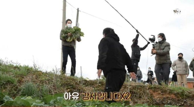 11일 이마트 공식 유튜브 채널은 'YJ로그' 카테고리 안에 '배추밭 비하인드와 시장에서 장 본 이야기 공개!'라는 제목의 영상을 올렸다. 사진은 정용진 신세계그룹 부회장이 해남 배추를 직접 나르는 모습.
