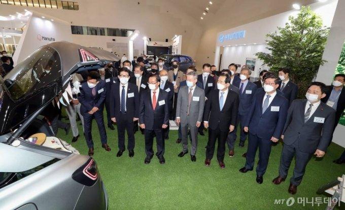 정세균 국무총리, 홍선근 머니투데이 회장 등 참석자들이 28일 서울 동대문디자인플라자에서 열린 '2020 그린뉴딜 엑스포' 개막식에서 현대차 부스를 둘러보고 있다. / 사진=이기범 기자 leekb@