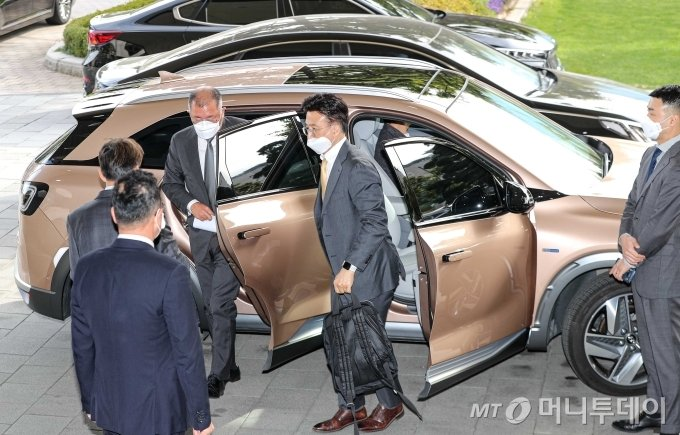 정의선 현대자동차그룹 회장이 지난해 10월 15일 서울 종로구 정부서울청사에서 열린 '제2차 수소경제위원회'에 참석하기 위해 수소전기차를 타고 청사에 도착하고 있다. / 사진=김휘선 기자 hwijpg@