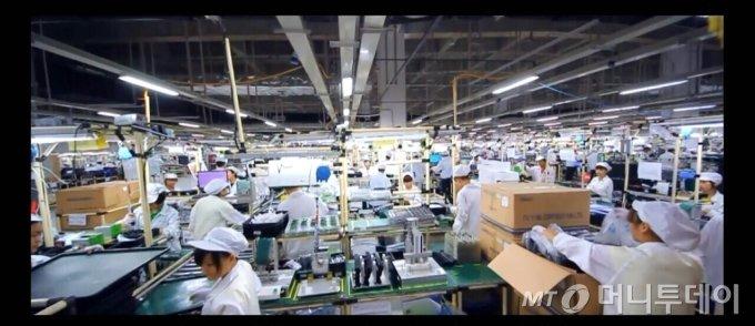 중국 중칭 공장의 폭스콘 직원들이 분주하게 완제품을 포장하고 있는 조립라인, L10으로 추정되는 내부의 모습이다./사진제공=폭스콘