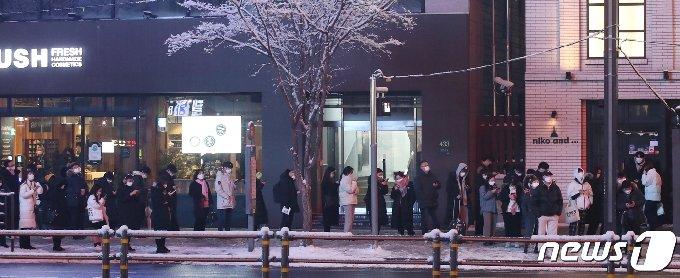 [사진] 퇴근길 버스 기다리는 시민들