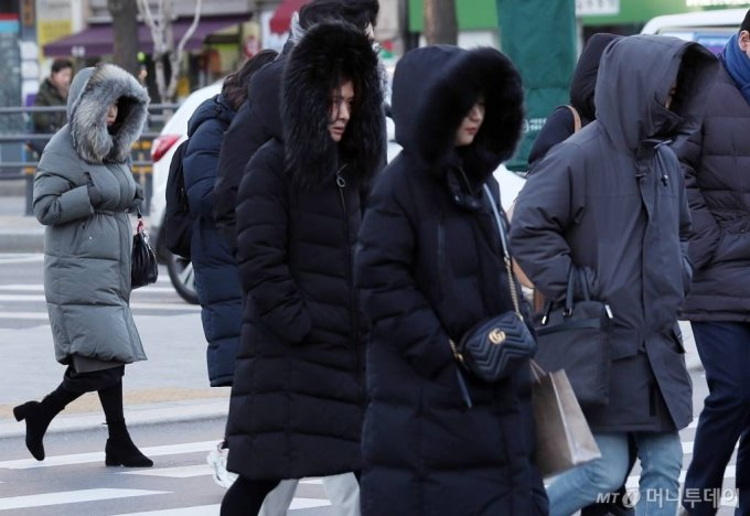 전국 대부분 지역에 한파특보가 내려진 31일 오전 서울 광화문 네거리에서 시민들이 발걸음을 옮기고 있다. / 사진=김휘선 기자 hwijpg@