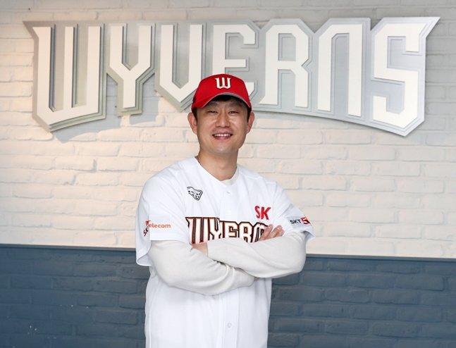 사인 앤드 트레이드로 SK 유니폼을 입은 김상수./사진=SK 와이번스