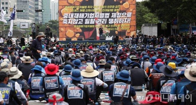 지난해 6월 10일 오후 서울 영등포구 여의대로에서 열린 민주노총 중대재해기업처벌법 우선 입법 촉구 결의대회에서 참가자들이 피켓을 들고 있다. / 사진=김휘선 기자 hwijpg@