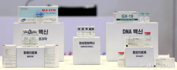 국내 개발중인 코로나19 백신 치료제 시약. 셀트리온 항체치료제(왼쪽 아래), 진원생명과학 DNA백신(왼쪽 위), SK바이오사이언스 합성항원백신(가운데), GC녹십자 혈장치료제(오른쪽 아래), 제넥신 DNA백신(오른쪽 위).