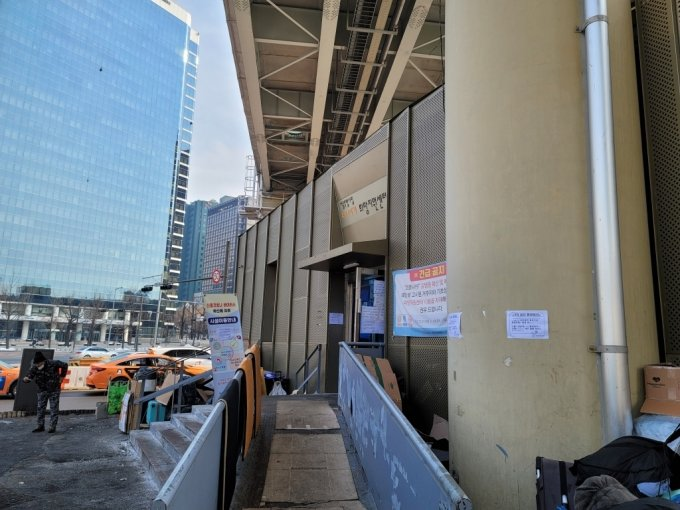 12일 정오 서울역 다시서기희망지원센터 앞 /사진=이창섭 기자