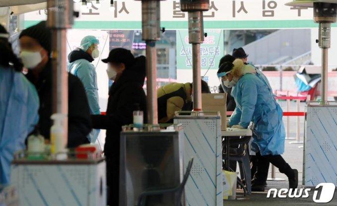 (서울=뉴스1) 구윤성 기자 = 4일 오전 서울역 앞에 마련된 신종 코로나바이러스 감염증(코로나19) 임시선별진료소에서 의료진이 분주하다. 질병관리본부 중앙방역대책본부에 따르면 이날 0시 기준 국내 코로나19 누적 확진자는 1020명 증가한 6만4264명으로 나타났다. 신규 격리해제자는 733명, 격리 중인 사람은 1만8043명으로 전날 0시 대비 268명 증가했다. 2021.1.4/뉴스1