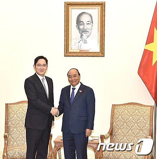 이재용 삼성전자 부회장과 응우옌 쑤언 푹 베트남 총리가 2020년 10월20일 베트남 총리공관에서 협력 방안 논의에 앞서 인사를 나누고 있다. /사진제공=삼성전자