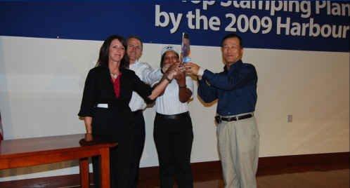 현대차 미국 앨라배마 생산법인(HMMA)의 프레스 공장 생산성이 2009년 경영컨설팅업체 올리버 와이먼의 조사(하버리포트)에서 토요타·혼다 등 글로벌 메이커를 제치고 북미 최고에 올랐다. 왼쪽부터 미쉘 힐 하버리포트 부사장, 존 루씨 하버리포트 파트너, 현대차 앨라배마 직원, 김회일 현대차 앨라배마 법인장이 당시 수상 트로피를 들고 기념사진을 촬영하고 있다. /사진제공=현대차