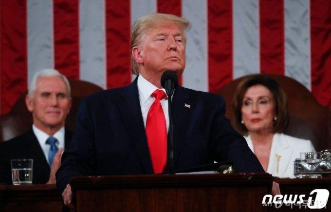 (워싱턴 AFP=뉴스1) 우동명 기자 = 도널드 트럼프 미국 대통령(가운데)과 마이크 펜스 부통령(왼쪽), 낸시 펠로시 하원의장