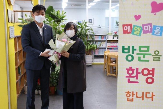 김종훈 하이센도 대표(사진 왼쪽)와 이경희 에델마을 원장이 기념사진을 찍고 있다/사진제공=하이센도