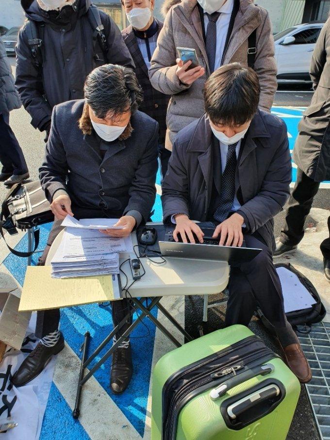 솔젠트 주주연합(WFA투자조합, 소액주주연대)은 13일 솔젠트 본사 앞에서 검사인이 입회한 가운데 임시 주주총회를 강행했다고 밝혔다. /사진제공=솔젠트 주주연합