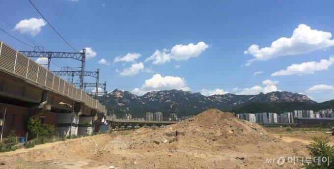 경기도 고양시 덕양구 지축지구에서 바라본 북한산 자락과 은평뉴타운의 모습 / 사진=배규민