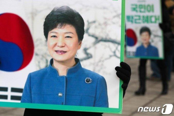 14일 오전 서울 서초구 대법원 앞에서 박근혜 전 대통령 지지자들이 박 전 대통령의 석방을 촉구하고 있다./사진=늇,1