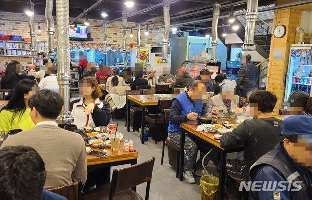 정부가 코로나19 확산 방지를 위해 5인 이상 사적 모임 제한 및 스키장 운영 중단, 관광명소 폐쇄 등 특별대책을 시행한 지난달 24일 서울의 한 식당에서 시민들이 점심식사를 하고 있다. / 사진제공=뉴시스