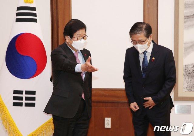 박병석 국회의장(왼쪽)이 지난 13일 오전 서울 여의도 국회에서 변창흠 국토교통부 장관을 접견하고 있다. /사진=뉴스1.
