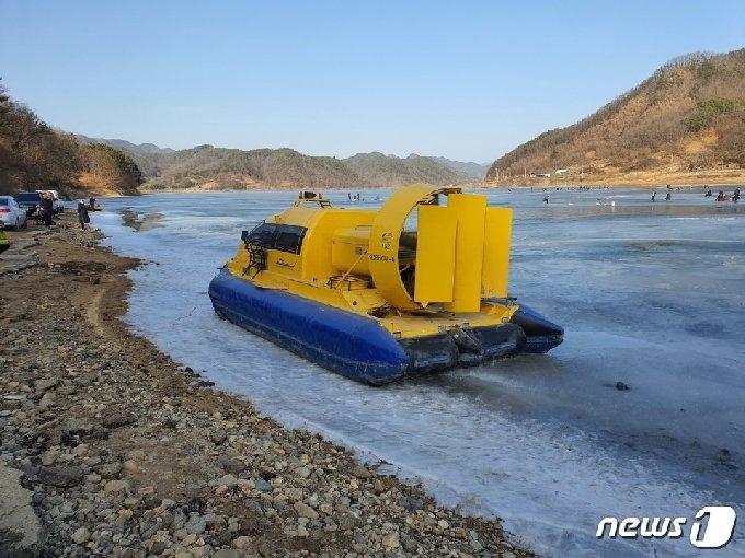 14일부터 충북 옥천군 옥천읍 오대마을 주민들의 불편을 해소하기  위해  운행하는  공기부양정. © 뉴스1