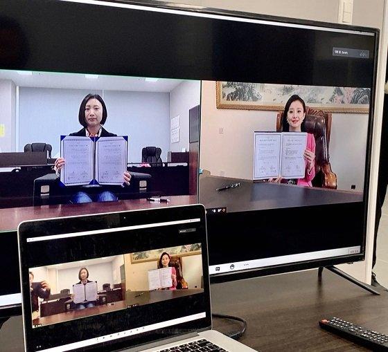 박새롬 새롬바이오텍 대표(사진 속 화면 왼쪽)가 중국 내 한국화장품 총판사와 중국 진출 관련 비대면 협약을 맺고 있다/사진제공=새롬바이오텍