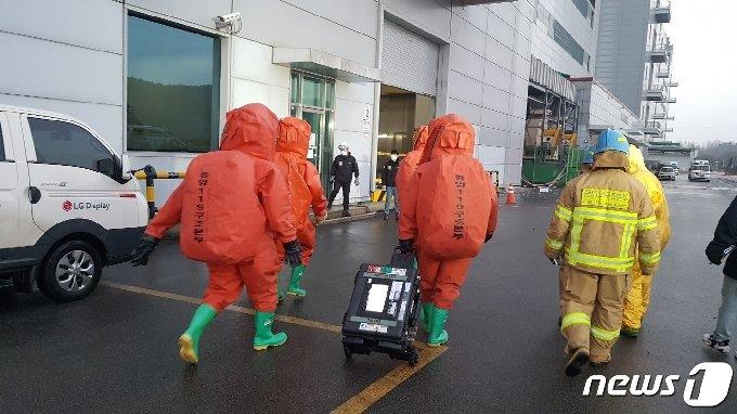 파주시 LG디스플레이 공장 화학물질 누출 사고 현장에 투입되는 소방대원들. © 뉴스1