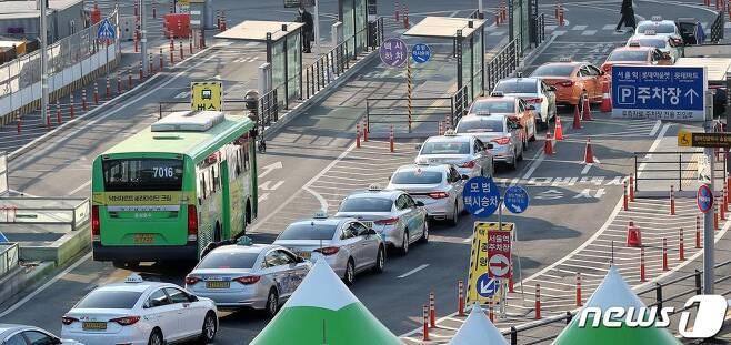 (서울=뉴스1) 박지혜 기자 = 버스, 택시 등 서울 지역 대중교통수단에서 신종 코로나바이러스 감염증(코로나19) 확진자가 잇따르면서 시민 불안이 커지고 있는 가운데 5일 서울 중구 서울역 앞에 택시들이 줄지어 손님을 기다리고 있다.시민의 발인 대중교통 수단은 물론, 준대중교통 수단인 택시에서도 확진자가 속출하자 불안은 가중되고 있다. 이에 서울시는 지난달부터 운수업계 종사자를 상대로 선제검사를 실시하고 있다. 2021.1.5/뉴스1