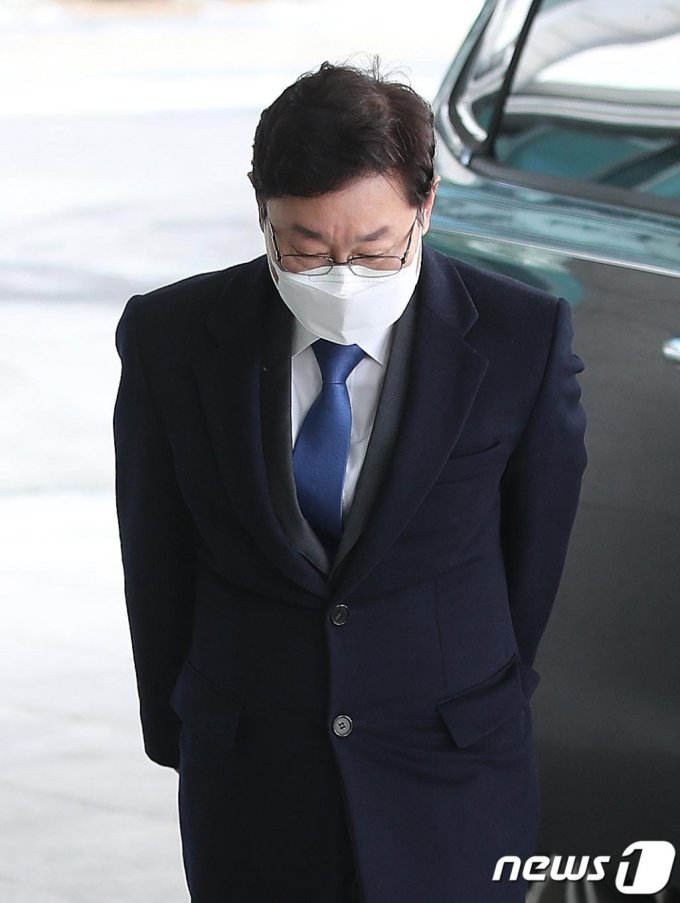 박범계 법무부 장관 후보자가 14일 오전 서초구 서울고등검찰청사에 마련된 인사청문회 준비 사무실로 출근하며 인사를 하고 있다./사진=뉴스1