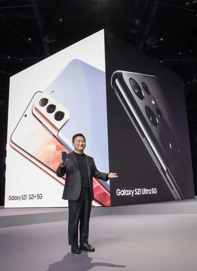 15일 0시 온라인으로 열린 '삼성 갤럭시 언팩 2021'에서 삼성전자 무선사업부장 노태문 사장이 '갤럭시 S21' 시리즈를 소개하고 있다./사진=삼성전자
