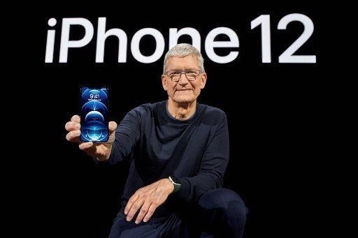 지난해 10월 13일 캘리포니아주 쿠퍼티노시 애플파크에서 팀 쿡 애플 최고경영자(CEO)가 새로 나온 아이폰12를 선보이고 있다./사진=AFP