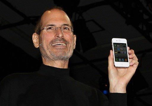 고 스티브 잡스 애플 창업주가 2010년 6월 7일 캘리포니아주 샌프란시스코에서 아이폰 4 신제품을 발표하고 있다./사진=AFP