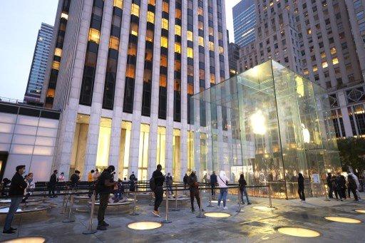 지난해 10월 23일 아이폰12가 출시된 날 뉴욕시 5번가 매장 앞에 사람들이 거리두기를 준수하며 줄을 서 있다./사진=AFP