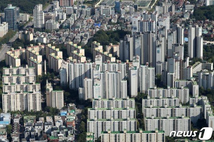 2021년 6월부터 1년 미만 아파트를 팔 경우 70%의 양도소득세를 내야 한다. 보유 기간이 1년을 넘는다면 60%다.  국세청은 지난 17일 최근 주택 관련 세법이 개정됨에 따라 관련 내용을 정리한 이같은 안내자료를 홈페이지와 홈택스에 공개했다.  사진은 지난해 9월 서울 시내 아파트 단지 모습. /사진=뉴스1