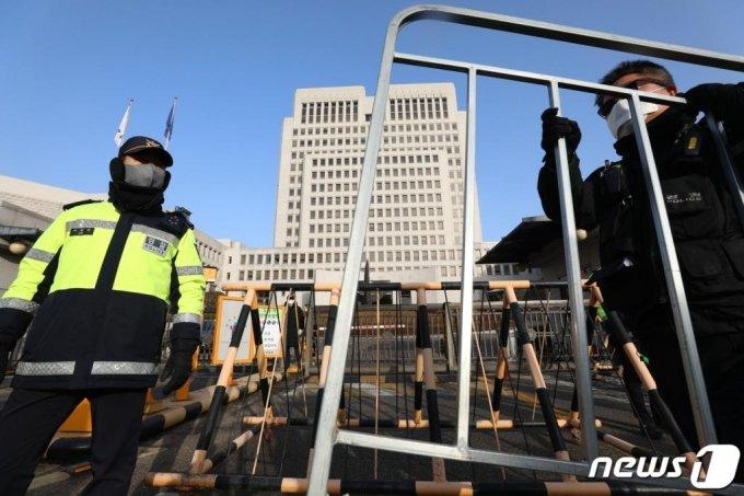 (서울=뉴스1) 성동훈 기자 = 서울 서초구 대법원 앞에서 경찰이 경계근무를 서고 있다. 2021.1.14/뉴스1