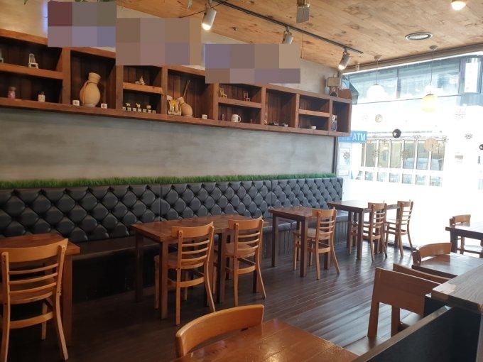 15일 오전 11시쯤 서울 서초구 소규모 카페 매장 모습. 사회적 거리두기 2.5단계로 매장 운영을 제한해 좌석이 텅 비어있다. /사진=이영민 기자