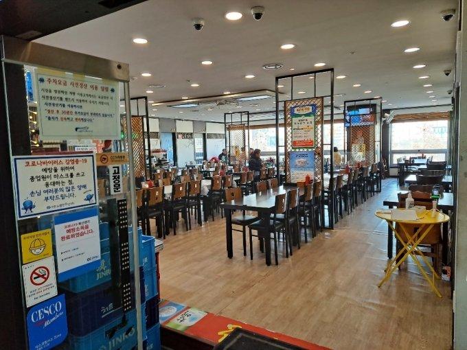20일 노량진 수산시장 2층 식당가. 1층에서 회를 떠 가는 손님이 없어 2층 식당가도 빈 자리만 가득하다/사진=홍순빈 기자