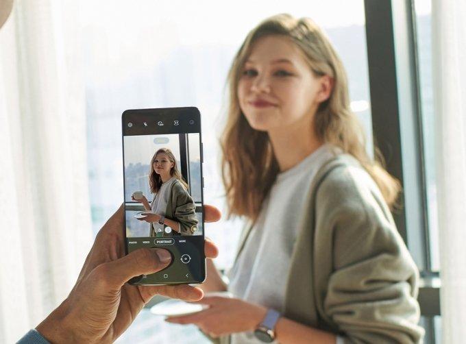 갤럭시S21 울트라에서 인물 사진 모드로 촬영 중인 모습 /사진=삼성전자