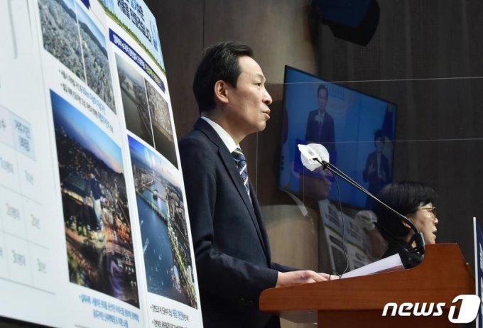 4.7 서울시장 재보궐 선서 출마를 선언한 우상호 더불어민주당 의원이 지난 13일 서울 여의도 국회 소통관에서 '살고싶고, 살기쉬운 서울을 만들겠습니다!' 2차 부동산 정책 발표를 하고 있다.  이날 우 의원은 기자회견에서 한강마루 타운하우스, K철길마루 타운하우스, 123 공공주택 관련 세부적 공약을 밝혔다. /사진=뉴스1
