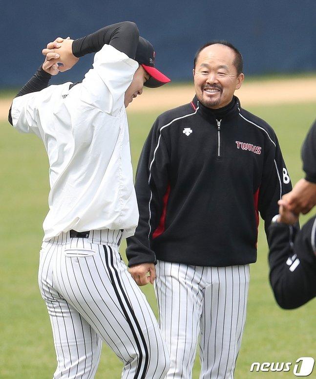 김용일 코치(오른쪽). /사진=뉴스1