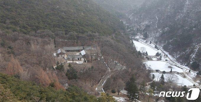 황해북도 사리원시 정방산 기슭에 있는 성불사(成佛寺) 전경. (미디어한국학 제공) 2021.01.09.© 뉴스1