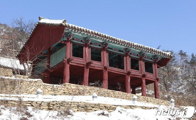 황해북도 서흥군에 있는 귀진사의 출입문인 주악루 전경. (미디어한국학 제공) 2021.01.09.© 뉴스1