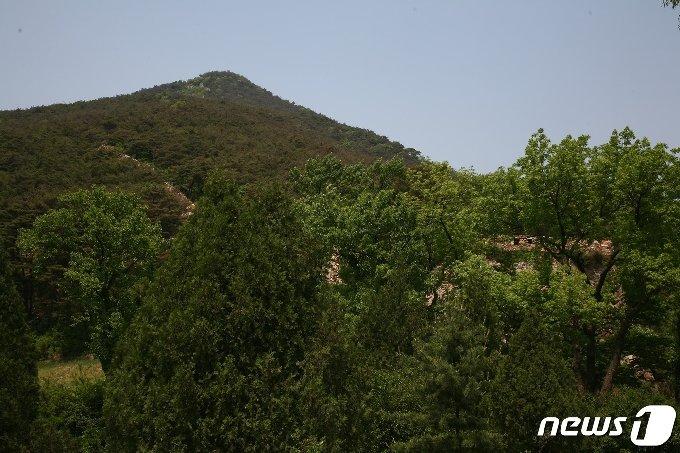 고려시기에 쌓은 황해북도 사리원시의 정방산성의 서쪽 성곽 전경. (미디어한국학 제공) 2021.01.09.© 뉴스1