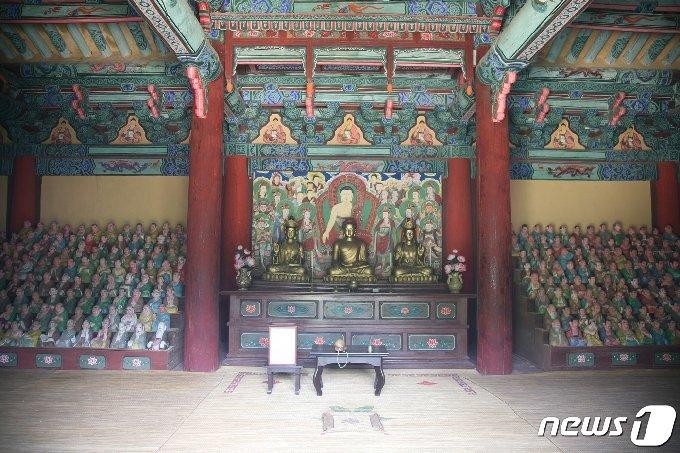 정방산 성불사 응진전 내부에 좌우로 안치돼 있는 오백나한상. (미디어한국학 제공) 2021.01.09.© 뉴스1